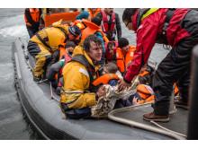 Igår förliste en överfull båt med runt 85 personer ombord utanför Lesbos, Läkare Utan Gränser och Greenpeace deltog i räddningsinsatsen.