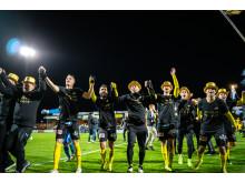 Spelare firar tillsammans med klacken avancemanget till Allsvenskan. Foto: André Julinder