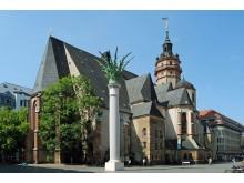 Nikolaikirchhof in Leipzig mit Nikolaikirche und Nikolaisäule