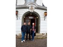 Oliver Schröter, Jörg Folta und Anja Wedwitschka vom Felsenkeller freuen sich über die Wiedereröffnung