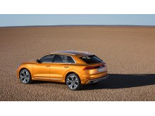 Audi Q8 (dragon orange) skråt bagfra