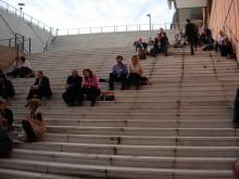 Lunch i trappan utanför ESSM