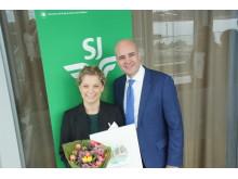Emelie Baedecke Yllner på ÅF tar emot årets hållbarhetspris av Fredrik Reinfeldt