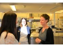 Läraren Mari Nilsson vid restaurang- och livsmedelsprogrammet och hennes kollega Johanna Ståhlgren pratar med dansläraren Linda Svensson. Tillsammans fick de i höstas idén till danslunchen i restaurangskolans lokaler i Alingsås.