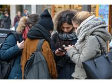 19533874-folk-som-anvander-mobiltelefoner