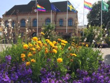 Regnbågsflagga Sjöbo kommunhus