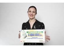 Paula Guillet de Monthoux, generalsekreterare för Childhood tar emot checken om 5 miljoner från PostkodLotteriet