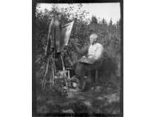 Harald Sohlberg maler  utendørs på Nærsnes, udatert foto.