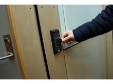 Lærerne kan bruke elektronisk nøkkelbrikke mellom avdelingene.