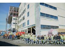 100 arbeidere feiret at bygget er halvveis