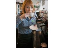 Annie Lööf gör löv i latten 1