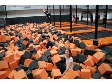 Das Trampolinbecken des FoamJUMP ist mit rund 15.000 Schaumstoffwürfeln gefüllt