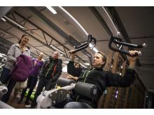Christer Berg visar träningsmaskin på Endorfin
