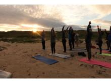 22 Uhr: Yoga-Stunde im Sonnenschein direkt am Strand.