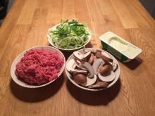 Ingredienser til tysk porresuppe med ost og hakket kød