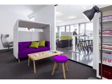 Gesunde Arbeitsatmosphäre: Vielseitiges Mobiliar zum Sitzen und Stehen hilft dem Rücken, fit zu bleiben, wie es hier ein Modell von WINI-roomarts veranschaulicht.