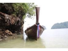 Med en longtailbåd er det muligt at besøge de strande rundt omkring på øen, som ellers ikke kan nås fra land med hverken bil eller motorcykel.