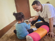 Dr. Arun Raj Kunwar og et barn