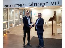Lars Dybwad fra Canon gratulerer eier og leder Lars Gundersen i C-you med Canon- teknologi som gir høyere automatisering og kapasitet.