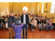 Thementag: Pfarrer Maik Dietrich-Gibhardt und Diakon Björn Keding (von links) bei der Begrüßung in der Hephata-Kirche.