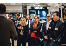 Eine Nacht im Kaufhaus: Gebannt folgen die Teilnehmer des 12. CeeClubs den Erläuterungen der beiden Breuninger-Geschäftsführer Benjamin Fuest und Andreas Rebbelmund