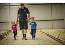 bonde och barn i stall