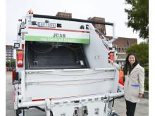 Lan Marie Nguyen Berg på baksiden av den nye avfallsbilen.