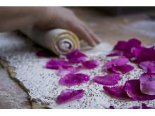 Bakverk med smak av rosor i vedugnsbageriet till Rosens dag