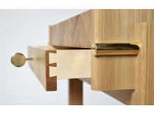 Detalj av möbelsnickaren Julia Greeks gesällprov, en serveringsvagn i alm och lönn designad av Markus Barvestig.