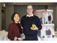 POWER OF SHARING: – Det er gjennom kunnskapsdeling på tvers av fagområder og avdelinger at vi virkelig skaper verdi, sier Lily Chen, som er konsulent i Sopra Steria. Her sammen med kollega og HR Manager Anders Palerud.