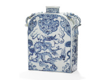 A Chinese porcelain flask.  Estimate: DKK 1-1.5 million / € 135,000-200,000.