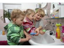 Händewaschen nicht vergessen, Mädchen mit Mutter und Bruder