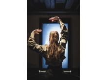 Besökare testar gestbaserad sökning i museets huvudutställning På scen