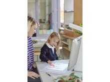 En lærer følger med på at en elev lager et kunstverk med Sprout Pro by HP HP20160106590