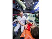 Robin Hofmann utför syrgasbehandling