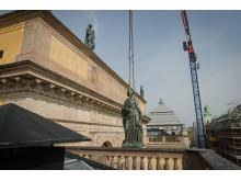 ''Damerna på taket'' installeras