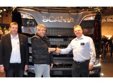 Sort V8-udstillingslastbil solgt på Scania-standen