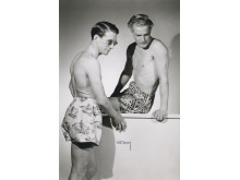 Modeller visar ledigt fritidsmode, badbyxor av shortsmodell, ur Californiakollektionen på Nordiska Kompaniet våren 1947. Foto: Erik Holmén, © Nordiska museet