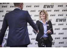 Koncerndirektionsassistent Nina Egeskjold Bruun overrækker gavecheck