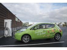 KIWI og Nissan plugget inn første elbillader på KIWI Auli 25. september.