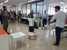 Här demonstreras robotens nya färdigheter.