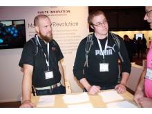 Lord Whistleton och Patrik Möller lyssnar noggrant på när Werner Hilliges från Almi berättar om det 3D-printade materialet.