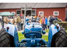 Se veterantraktorer och moderna lantbruksmaskiner