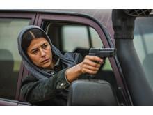 Deep State-sarjan toisen kauden kuva Leylasta aseen kanssa