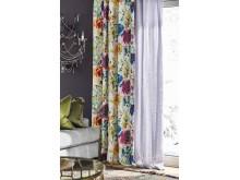Lange gardiner med mønster og volanger for å gi det perfekte lys.