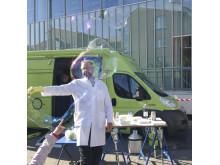 Experimentbussen Science Safari på plats utanför Stadsbiblioteket.