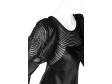 Detalj av svart klänning som Ellen Roosval bar på 1940-talet.