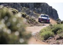 Hyundai Motorsport segrade i Rally Italia Sardegna.