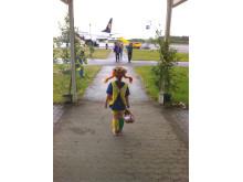 Tyska charterturister välkomnas av Pippi på Jönköping Airport