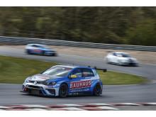 Fredrik Ekblom, Kristoffersson Motorsport, var snabbast i sin Volkswagen Golf GTI på den officiella STCC-testen på Ring Knutstorp.
